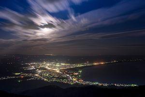釜臥山から見た夜のむつ市街。羽を広げたアゲハのよう(むつ市提供)