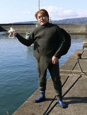 海中ごみの回収にいそしむ舛田清隆さん=1月、高知県室戸市