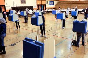 7日、米大統領選の民主党予備選が行われたウィスコンシン州の投票所(ロイター=共同)