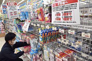 マスクが売り切れ、空きも目立つ商品棚。個数制限への協力を求めるお知らせが掲示されていた=1日午後、青森市のメガ石江店