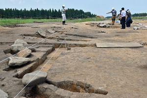 初めて一般公開された酪農(3)遺跡の環状列石を見学する市民ら