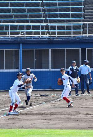 無観客の中で、はつらつとしたプレーを見せる球児たち=14日午前10時すぎ、青森市のダイシンベースボールスタジアム