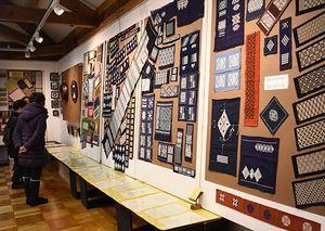 高橋さんが残した作品や図案がずらりと並ぶ展示会