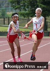 【女子】5走・沼澤(右)からアンカー・寺嶋にたすきが渡り、独走態勢を敷くむつ陸上クラブ