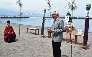 十符ケ浦海水浴場のオープンを宣言する松山副町長(右)