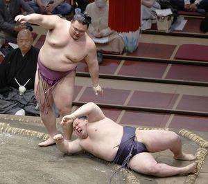 朝乃山(左)に小手投げで敗れ、3敗目を喫した阿武咲(共同)
