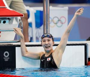 女子400メートル個人メドレーで優勝し喜ぶ大橋悠依=東京アクアティクスセンター