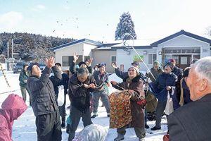 小銭をまいたり拾ったりして住民たちが楽しんだ3年ぶりの「じぇんこまき」=16日午前、東通村上田代地区