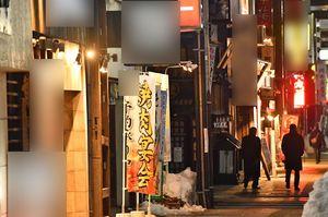 日が暮れて、店に明かりがついても、人影がまばらな繁華街=26日夕、青森市本町(写真と本文は直接関係ありません、写真は一部加工しています)