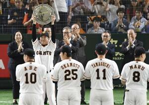 昨年のセ・リーグクライマックスシリーズに勝利し喜ぶ巨人の選手たち=2019年10月、東京ドーム