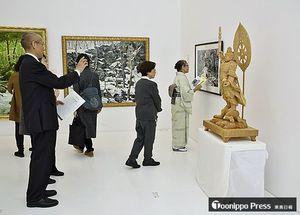 県展の入選作品や招待・賛助作品が並ぶ会場