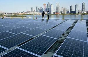 国連本部の会議棟の屋上に設置された太陽光発電装置=9月、米ニューヨーク(共同)