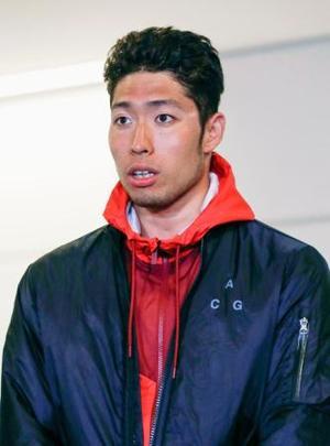 合宿先のオーストラリアから帰国し、取材に応じる競泳の萩野公介=12日、成田空港