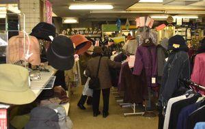 閉店を惜しむ客が訪れているマルナカ三沢店の店内