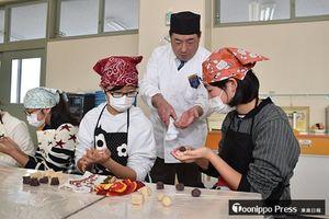 山崎さんのアドバイスを聞きながら練り切りを作る児童たち