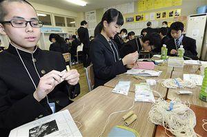 新入学児童の安全を願い、たすけっこを製作する青森市内の中学校生徒たち