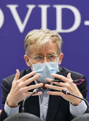新型コロナウイルスについて中国の専門家と共同記者会見するWHOのエイルワード氏=24日、北京(共同)