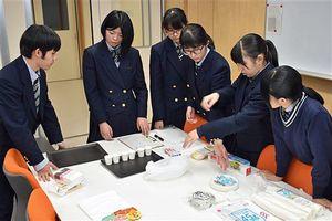 台湾で行う試食会の準備をする生徒たち=12日、青森市の青森商業高