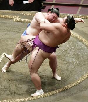 正代(左)が押し倒しで朝乃山を破る=両国国技館
