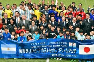 ブラインドサッカーアルゼンチン代表と日本代表の親善試合を終え、記念写真に納まる関係者=4日午後、福島県のJヴィレッジ