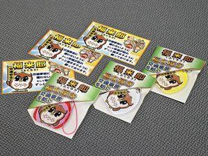 八戸地区交通安全協会が作製した独自キャラクター「福来郎」の反射材キーホルダー(手前)とカード