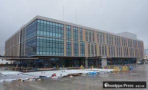 本体工事が完了した新庁舎。5月の業務開始に向けて駐車場などの工事が進む=4日午後、五所川原市布屋町