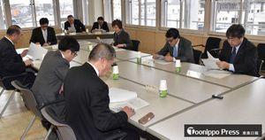 議会基本条例の素案について協議する特別委員会の委員たち=15日