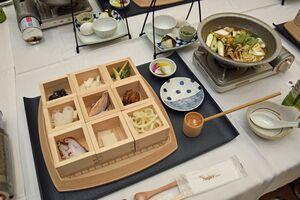 九つの升に入った具材を順番に入れて食べる中泊メバルちゃんこ鍋