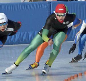 【スピード少年男子1500メートル予選4組】2位で予選を通過した清川(八戸西)=釧路市柳町スピードスケート場