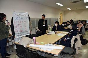 グループ内で話し合った政策などについて発表する参加者たち