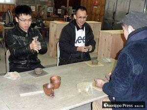 カップづくりを楽しむ黒田さん(左)