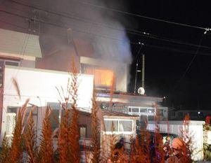 1人の遺体が見つかった住宅火災現場=17日午後9時半、青森市里見1丁目