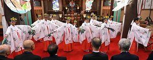 荘厳な雰囲気の中、地元小中学生が「巫女舞」を披露した大嘗祭奉祝祭=17日午前、青森市の廣田神社