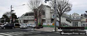 整備が進む三沢駅前正面口。中央から右下方向に延びているのが1月中に完成見込みの新しい階段。タクシーが並ぶロータリーは15日から封鎖される=5日