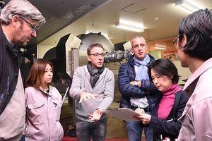 ワイン製造機器の前で意見交換するルクセンブルクの視察団ら