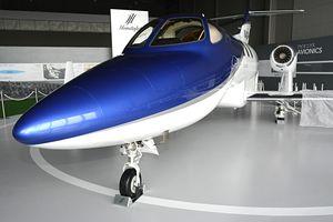 小型ビジネスジェット機「ホンダジェット」の技術実証機が国内初展示。2003年に初飛行に成功した実物だ