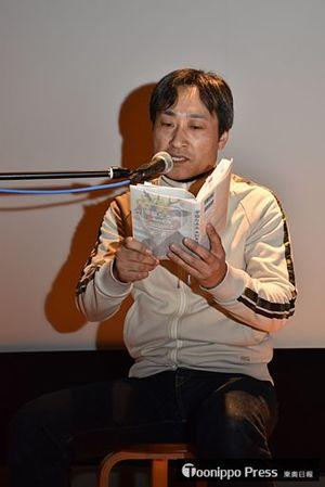 青森県を舞台にした自作の小説「幸福な水夫」を朗読する木村友祐さん