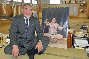 写真パネルを傍らに置きながら伊東さんとの思い出を語った葛西さん=27日午後、五所川原商業高校相撲道場