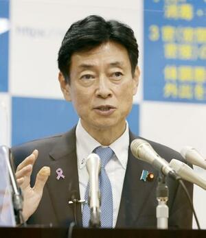 新型コロナウイルス感染症対策分科会を終え、記者会見する西村経済再生相=25日夜、東京・永田町