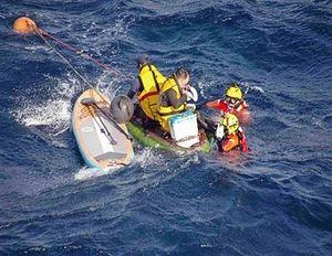 スタンドアップパドルボードの途中で沖合に流された男性を救助する海保職員=2019年7月(青森海上保安部提供)