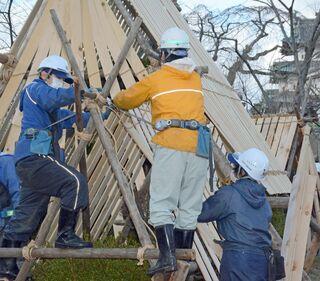 弘前公園冬支度 雪囲い作業始まる