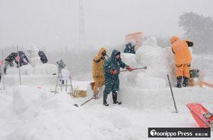 雪まつりに向け、雪像制作に取り組む参加団体メンバー