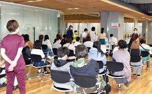 小中学生や受験生らを対象に優先接種が行われた五所川原市役所=18日午前