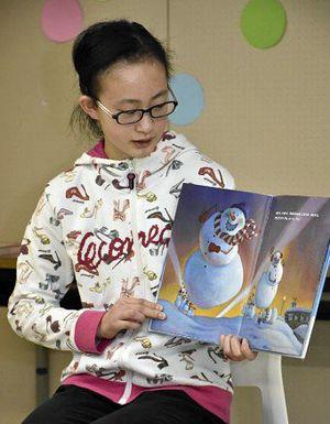 絵本を感情豊かに読み上げる子ども司書