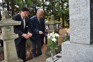 斗南藩追悼之碑に線香を手向ける室井市長(左)と小林団長