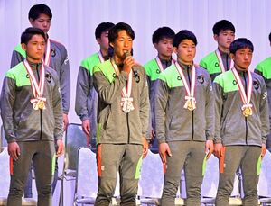 全国大会での活躍を支えた地元関係者らに対し、選手を代表して感謝のあいさつをする武田主将(前列左から2人目)=15日夜、青森市