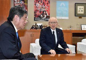 目録を贈呈後、小林市長(左)と懇談する三浦社長