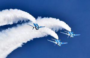 白煙を出し、息の合った編隊飛行を披露するブルーインパルス