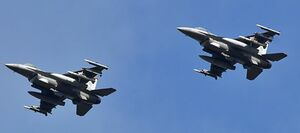 飛行訓練を再開、2機編隊を組み三沢基地上空を飛行するF16戦闘機