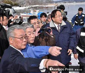 三村知事らに燃料タンクの投棄推定地点の方向を示す濱田組合長(左から2人目)
